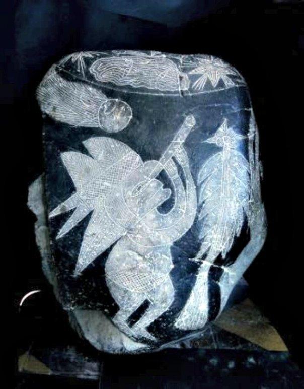 Piedra de Ica en la que podemos ver a un personaje observando un cometa a través de un objeto que parece ser un telescopio. (Fotografía: La Gran Época/Eugenia Cabrera)