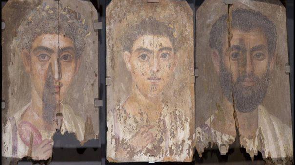 Tres retratos de momias realizados probablemente por el mismo artista. De izquierda a derecha: 'Retrato de un joven'; 'Retrato de un muchacho' y 'Retrato de un hombre con barba.' (Phoebe A. Museo Hearst de Antropología, Universidad de California, Berkeley)