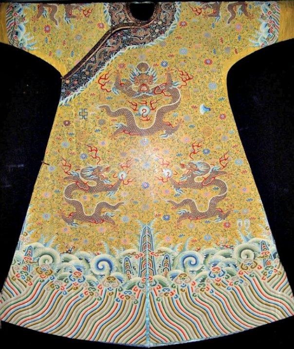 Los gobernantes chinos tomaron el dragón amarillo de cinco garras como símbolo exclusivo de la Majestad Imperial. En la imagen, ropajes del emperador chino Qianlong (1736-1796). Museo Grassi de Leipzig, Alemania. (Public Domain)