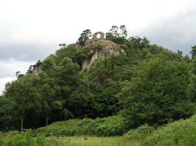 White Cliff en Hawkstone Park. La cueva que alberga las estatuas está justo por debajo del arco en ruinas. (Fotografía: Graham Phillips)