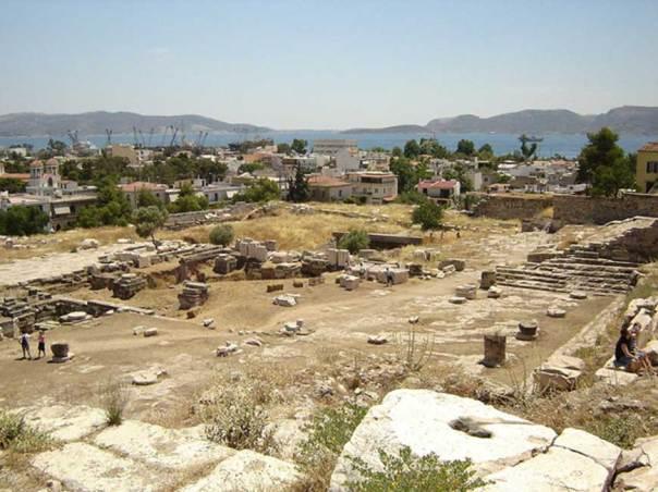 Vista del yacimiento arqueológico de Eleusis mirando al golfo de Egina. (Public Domain)