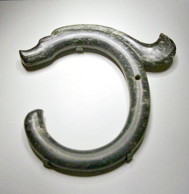 Dragón neolítico de jade perteneciente a la Cultura Hongshan, recuperado en el año 1973 en las excavaciones arqueológicas de Sanxingtala. Museo Nacional de Beijing, China. (Public Domain)