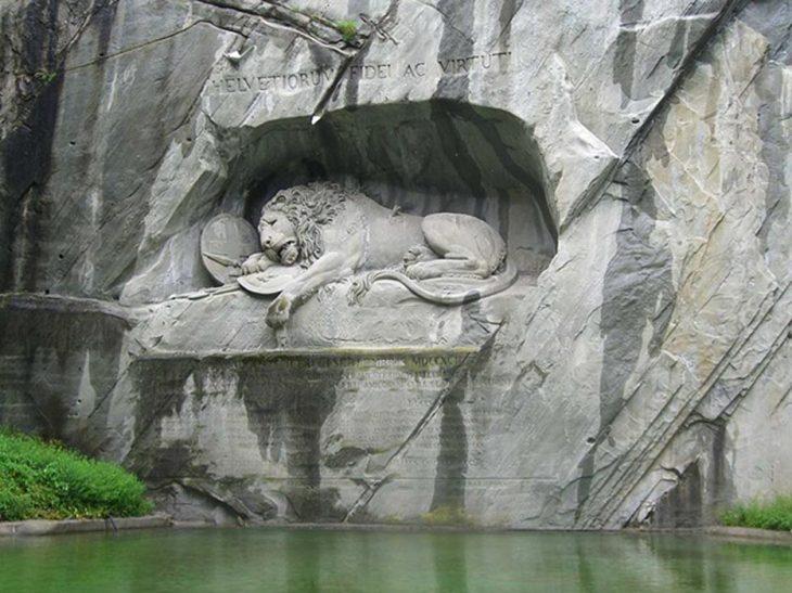 La trágica historia del impresionante monumento del león de piedra ...