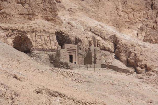 Portada - Acceso a la tumba TT353 (tumba de Senenmut). (CC BY-SA 3.0)