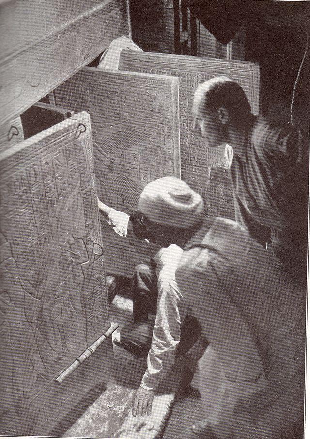 Howard Carter y sus socios abriendo las puertas del santuario de la cámara de la tumba de Tutankamón. Recreacion 1924
