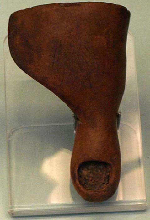 Punta protésica hecha de cartonaje, que se encuentra en el pie de una momia del tercer período intermedio (circa 1070-664 a. C.). (CC BY SA 2.5)