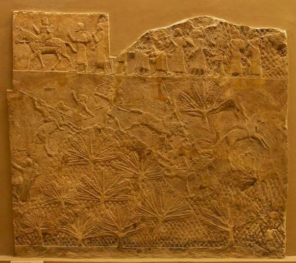 Fragmento del Relieve de Laquis, Museo Británico. Escena de batalla en la que se observa a la caballería asiria en acción. En la franja superior un grupo de prisioneros es conducido al cautiverio. (CC BY-SA 4.0)
