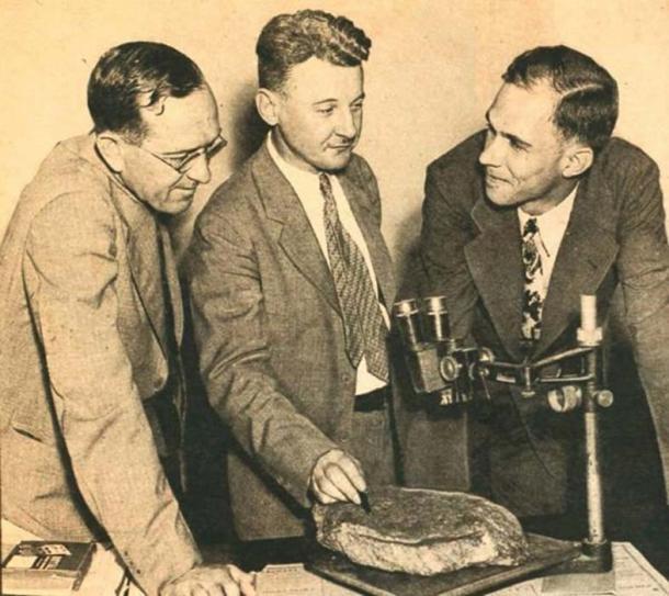 Haywood Pearce, Jr. con sus colegas Emory James G. Lester, a la izquierda Ben W. Gibson puso la piedra bajo el microscopio. (Universidad de Brenau)