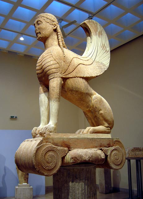 Una esfinge griega de Delfos de aproximadamente el siglo VI antes de Cristo;  estudiosos dicen antiguos escritos griegos y de arte influenciado pueblos asiáticos, que habían subido con sus propias versiones de esfinges