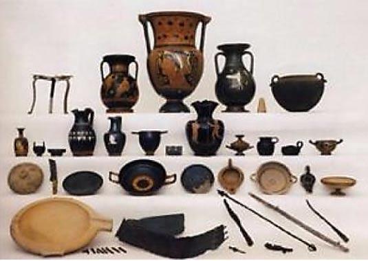 Ensamblajes siglo 4 con vasos griegos finos, implementos recepciones y armas de metal.
