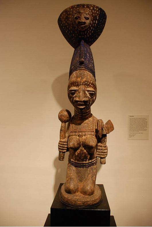 Inginocchiarsi figura femminile, devoto di Oshun.