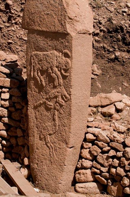 Pilastro 2 da Allegato A (Layer III) con bassorilievi di quello che si ritiene essere un toro, volpe, e la gru.  Gobekli Tepe, Urfa.