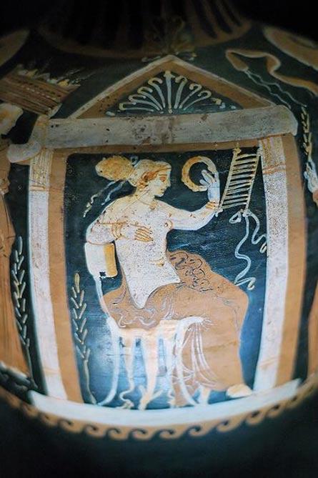 Detalle de una mujer sentada la celebración de una corona. Terracota, florero de Apulia, del siglo cuarto antes de Cristo tarde. Museo de Santa Maria della Scala, Siena, Italia.