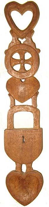 Уельська любовна ложка з сердечками, колесом і замком.  (Публічний домен)