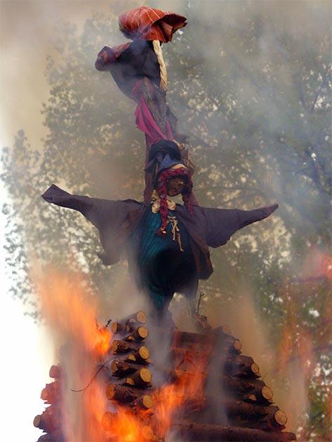 Brûler des effigies de sorcières la nuit des sorcières en République tchèque.  (Domaine public)