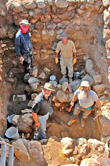 """Cerca de cuatro metros por debajo de la superficie moderna de alto el-Hammam, excavadoras encontraron una casa de la mitad de la edad de bronce que se encuentra en una """"capa de la destrucción."""""""