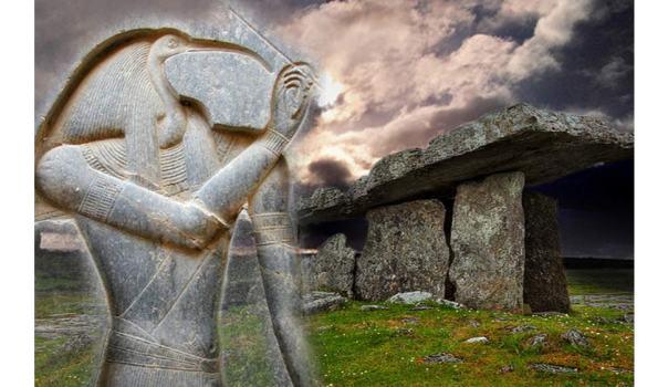 Deriv; Dolmen celtas antiguos de Poulnabrone, Irlanda y tallado deidad egipcia Thot