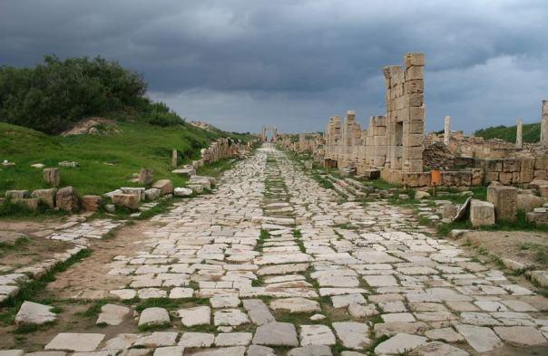 Un antiguo camino romano en Leptis Magna, Libia