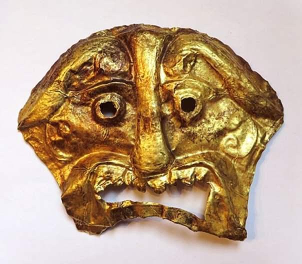 Un repujado de oro máscara mortuoria que data de antes de 200 dC