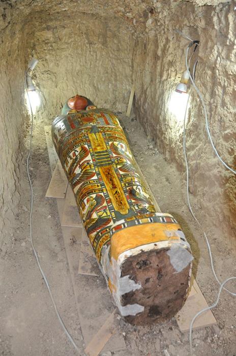 La momia descubierta recientemente, y un sarcófago en Luxor.