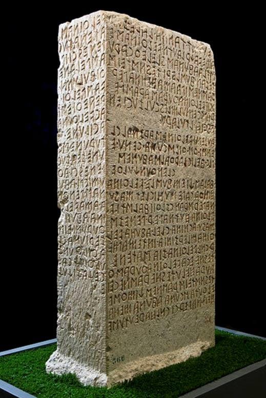 Un campione di testo etrusco scavata nella Cippo di Perugia - una tavoletta di pietra scoperta sul colle di San Marco, l'Italia, nel 1822.