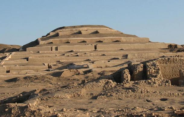 Adobe pirámide en Cahauchi, Perú