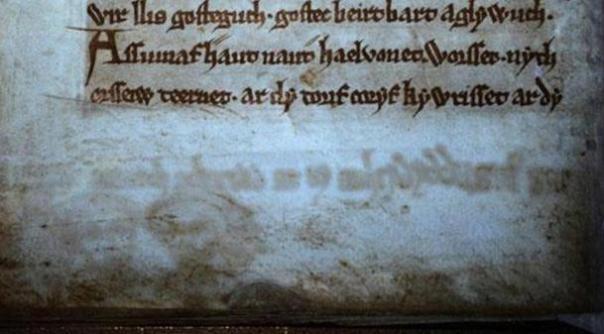 Luz Ultravioleta Revela texto oculto en el antiguo libro de historias artúricas