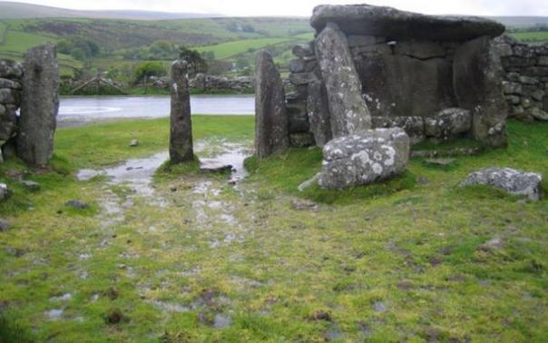 A la edad de bronce de la carcasa con un posible dolmen en Dartmoor, otro sitio en el condado de Devon, Inglaterra