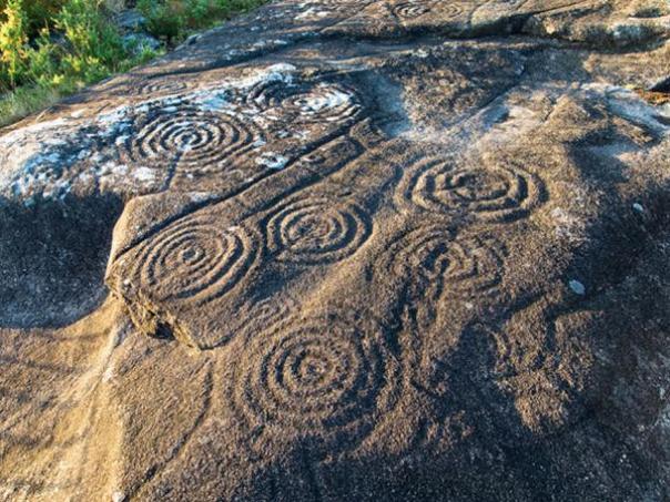 Círculos y laberintos están talladas en la roca en Galicia, España.