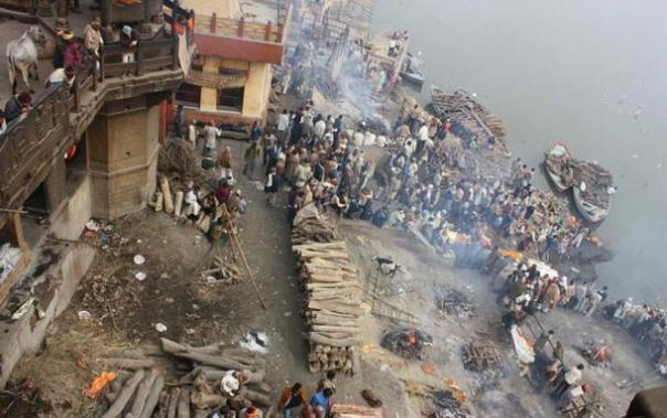 Campos de cremación en el Manikarnika Ghat, Varanasi, India.