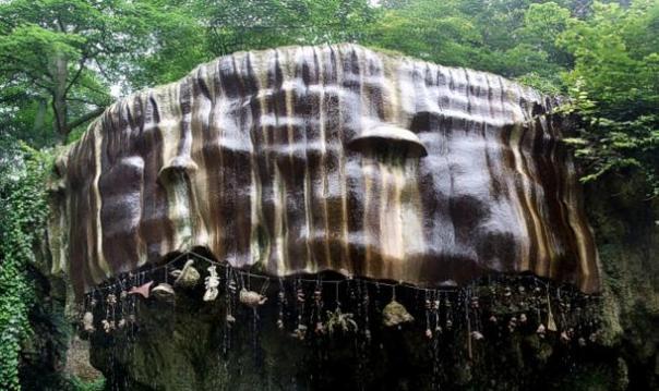 La caída Bueno adyacente a la cueva de la Vieja Madre Shipton en la orilla sudoeste del río Nidd en Knaresborough.