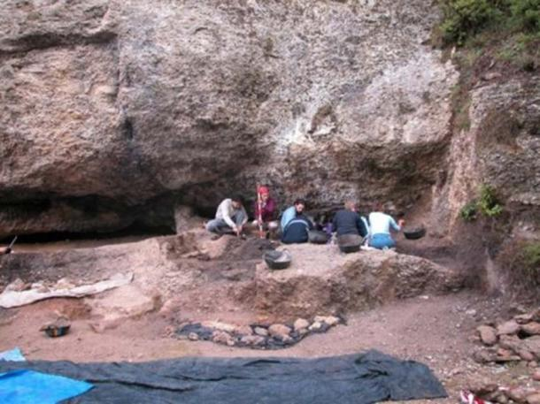 Excavation in Balma Guilanyà. (CEPAP-UAB)