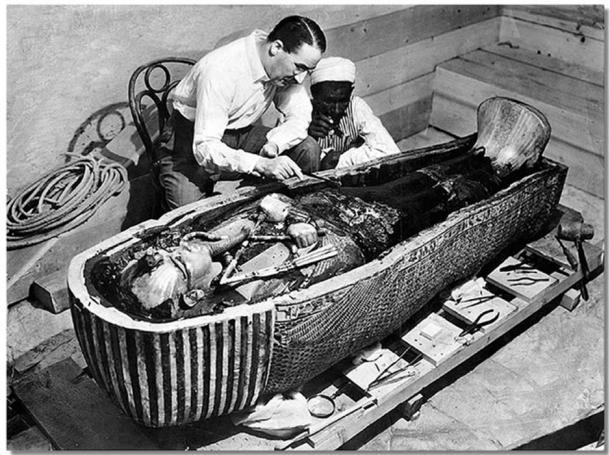 Howard Carter apre il santuario più interno della tomba di Tutankhamen vicino a Luxor, in Egitto.