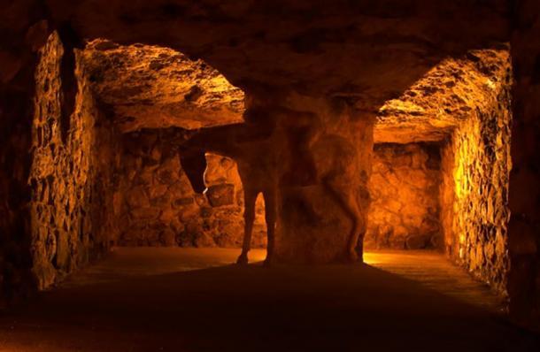 """Il triste """"Lost Horseman"""" carving profondità all'interno delle camere del labirinto."""