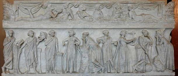 """Sarcofago conosciuti come """"Muse sarcofago"""", che rappresenta le nove Muse e loro attributi. Marmo, prima metà del 2 ° secolo dC, trovato dal via Ostiense."""