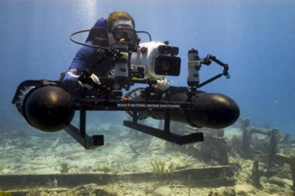 NOAA arqueólogo hace la investigación bajo el agua usando un trineo construido especialmente montado con una cámara de alta resolución.