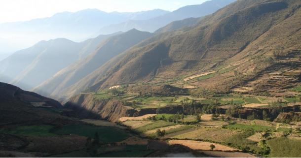 Nepeña Valley, Perù.  Karecoto è grande cumulo visibile al centro della fotografia.
