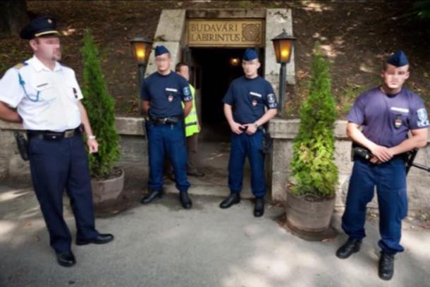 Blocco della polizia all'ingresso del Labirinto di Buda.