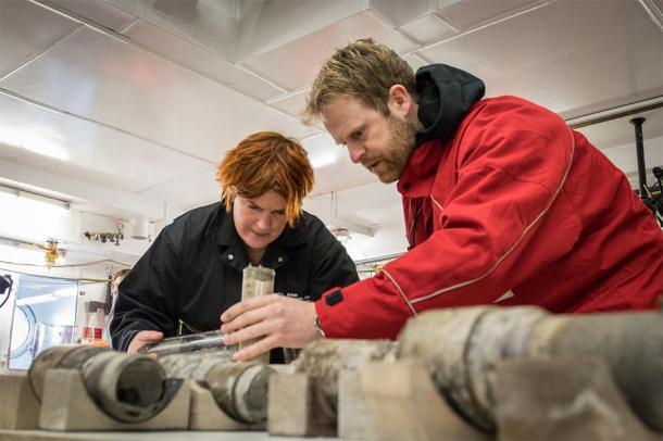 La professoressa Tina van de Flierdt e il dott. Johann Klages lavorano sul campione di terreno antico.  (Credito: T. Ronge, Alfred-Wegener-Institut)