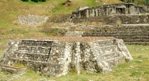 Ruinas de un altar en la Gran Pirámide de Cholula.  Cuando excavado se encontró que contenía dos cráneos deformados de niños decapitados cuando fue excavado.