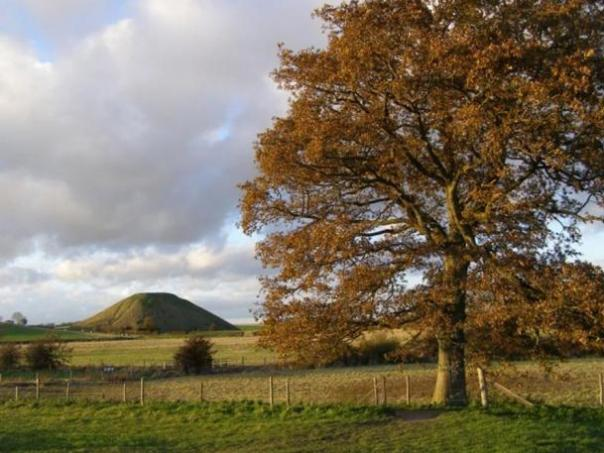 Silbury Hill, visto desde Swallowhead Springs.