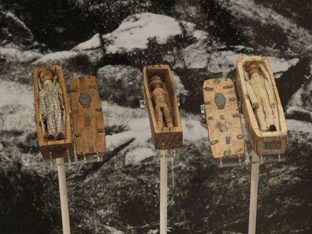 Trois des cercueils miniatures exposés au National Museum of Scotland.