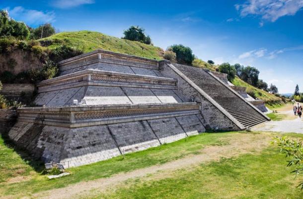 La Grande Pyramide de Cholula, également connue sous le nom de Tlachihualtepetl, est la plus grande pyramide connue sur Terre en termes de volume