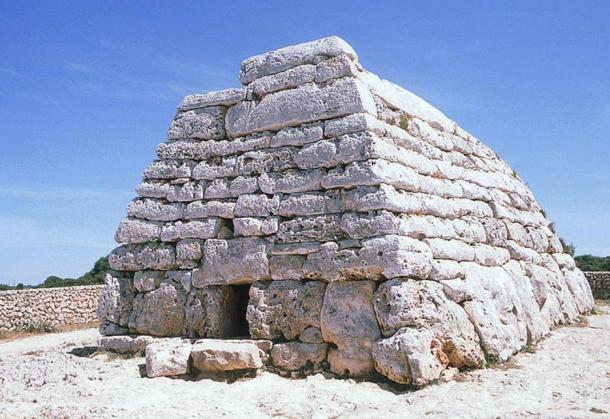 Tomb of Es Tudons - Les Taules de Menorca