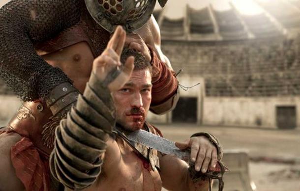 "Spartacus esegue un ""saluto a due dita""."