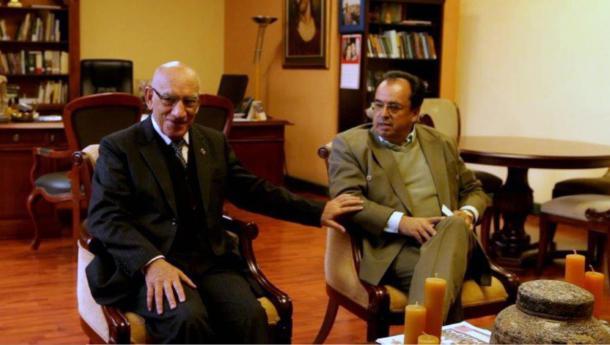 Padre Javier Herrán (izquierda) y el Dr. Luis Álvarez (derecha) nos recibió en la Universidad Politécnica Salesiana para contar la historia del padre Crespi y sus artefactos.