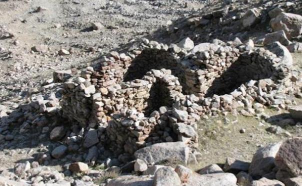 Esta estructura totalmente de piedra y otras 16 como él se cree que son el lugar donde los antiguos habitantes Zhang Zhung marcaron el descenso de su dios supremo, Gekhoe, a la Tierra.