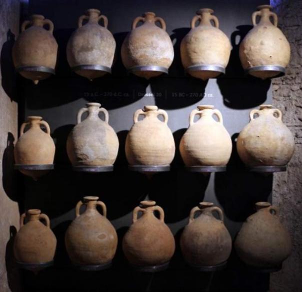 Una foto de archivo de antiguas ánforas romanas.