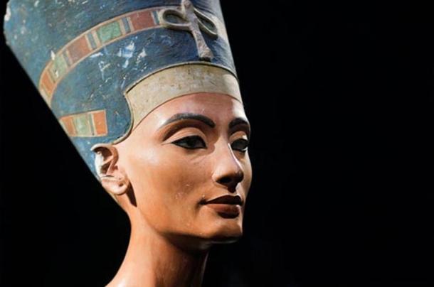 Il busto di Nefertiti iconico, scoperto da Ludwig Borchardt, fa parte della collezione Ägyptisches Museo di Berlino, attualmente in mostra presso il Museo Altes