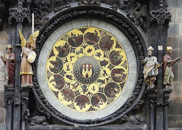 En bas - la partie calendrier de l'horloge avec un philosophe, un chroniqueur, un astronome et un ange.  (CC BY SA 3.0)